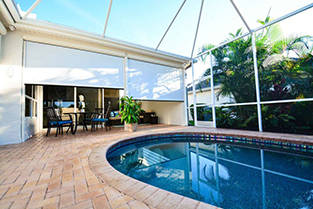 Outdoor roller shades to screen the sun with retractable sunshades
